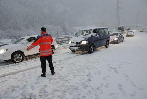5. November: Unerwarteter Wintereinbruch in Uri - die Polizei muss die A2 zwischen Amsteg und Göschenen wegen den Schneemassen sperren. (Bild: Uri Redaktion)