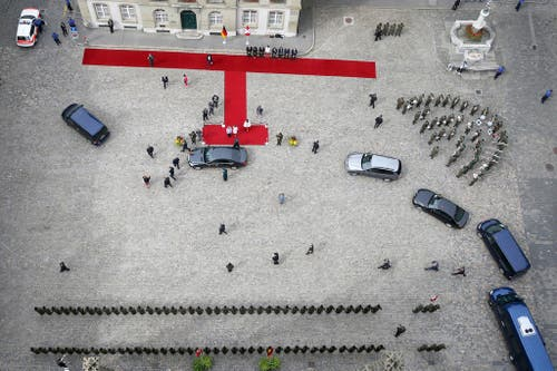 3. September: Die Schweiz rollt den roten Teppich aus, diesmal für die deutsche Bundeskanzlerin Angela Merkel. (Bild: Keystone / Peter Klaunzer)