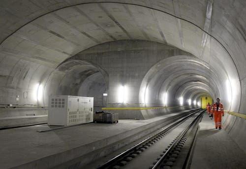 31.10.2013: Arbeiten zum Einbau der Bahntechnik. (Bild: Keystone)