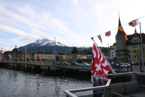 Die Flagge des neuen Schiffes ist passend zur Gallionsfigur am Schiffsbug. (Bild: Stefanie Nopper / Luzernerzeitung.ch)