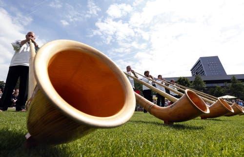 Sieben Alphörner liefern den Sound zum Fest. (Bild: Werner Schelbert / Neue ZZ)