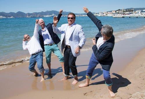 Arnold Schwarzenegger (mitte), macht lieber Spaziergänge am Strand als auf dem roten Teppich. (Bild: EPA/Julien Warnand)