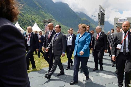 Bundesrat Alain Berset, Frankreichs Präsident François Hollande und die deutsche Bundeskanzlerin Angela Merkel treffen in Erstfeld ein. (Bild: Nadia Schärli)