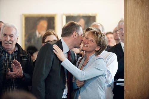 Othmar Filliger gratuliert der neu gewählten Regierungsrätin Karin Kayser. (Bild: Corinne Glanzmann / Neue NZ)