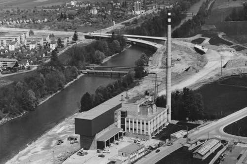 Die Kehrrichtverbrennungsanlage Ibach, im Hintergrund wird an der heutigen A2 gebaut. (Bild: Hanspeter Luternauer)