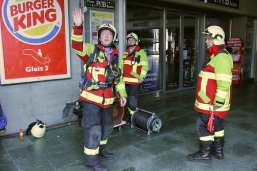 Der Einsatz ist vorbei. Ein Feuerwehrmann zeigt, wohin die Ausrüstung gebracht werden muss. (Bild: Christian Volken / luzernerzeitung.ch)