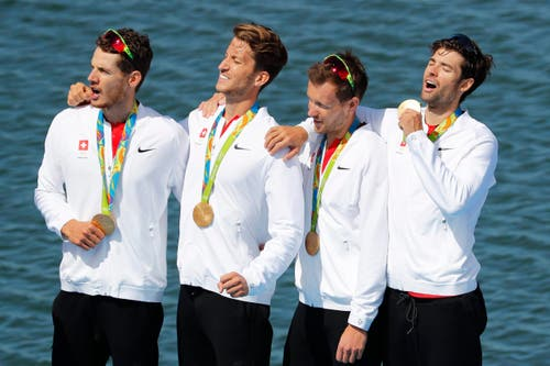 Die Gold-Jungs singen die Nationalhymne. (Bild: EPA / Diego Azubel)