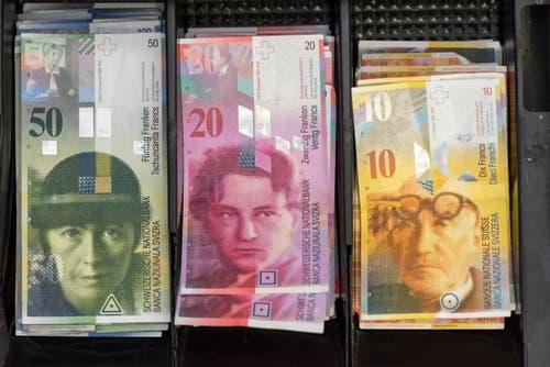 Schlechte Erfahrungen machte 2002 auch die Caritas Luzern: Ein Buchhalter – der bereits zuvor straffällig geworden war – stahl rund 8000 Franken aus der Kasse und tätigte unrechtmässige Bargeldbezüge in der Höhe von 112 000 Franken. (Bild: Keystone (Symbolbild))