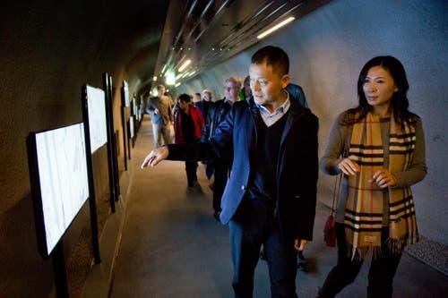 Der chinesische Investor Yunfeng Gao bei der Besichtigung des Erlebnistunnels, der die Hotels Frutt Lodge & Spa, Family Lodge und Gemsy verbindet. (Bild: Dominik Wunderli / Neue LZ)