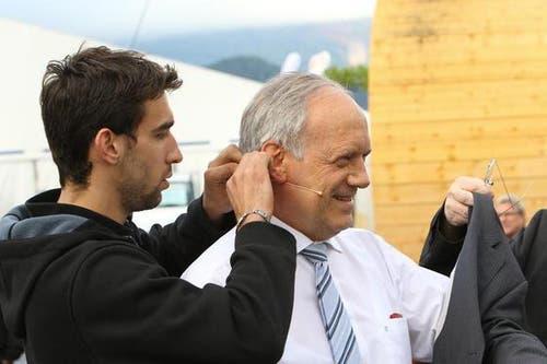 Bundesrat Johann Schneider-Ammann wurde vorerst ordnungsgemäss verkabelt, bevor er seine Rede halten konnte. (Bild: André A. Niederberger / Neue NZ)