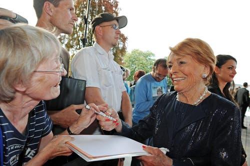 Lys Assia gibt Autogramme. (Bild: Eveline Beerkircher/Neue LZ)