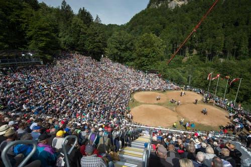 Die Schwingarena mit 6390 Zuschauern auf dem Brünig-Pass. (Bild: Keystone / Urs Flüeler)