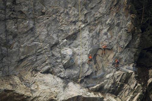 Am 21. Juni montieren Felstechniker über dem gesprengten Felsen Steinschlagnetze. (Bild: Keystone)