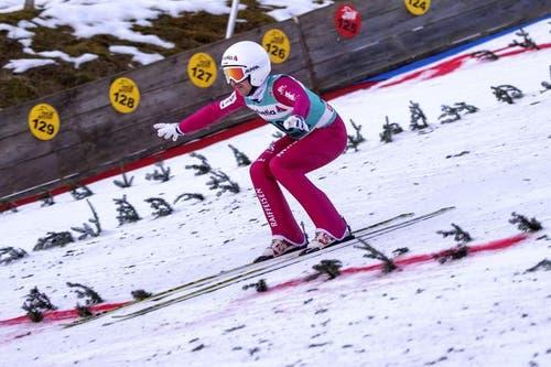 Simon Ammann bei einer Landung im Wettkampf am Sonntag. Beim zweiten Springen in Engelberg war er der einzige Schweizer Finalteilnehmer. (Bild: Keystone / Urs Flüeler)
