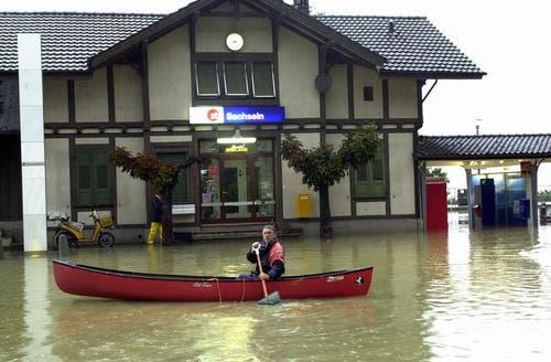 Jahrhundert-Hochwasser 2005: Der Bahnhof Sachseln steht unter Wasser. (Bild: Neue OZ / Josef Reinhard)