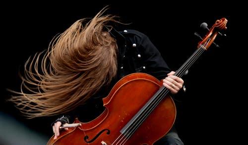 Das geht schon auch: Apocalyptica bringt ein klassisches Cello auf die Metal-Bühne. (Bild: Corinne Glanzmann)