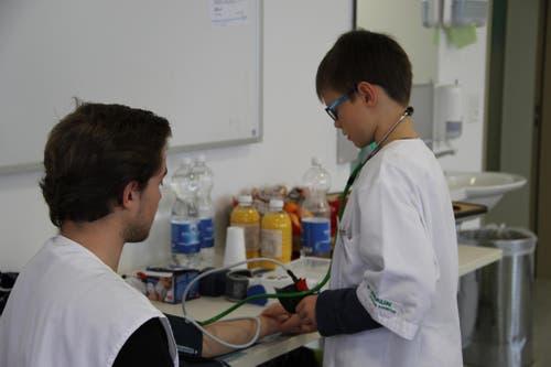 Für einen Tag Profipfleger - das konnten die 15 Jungs heute bei der ZIGG im Rahmen des Nationalen Zukunftstages sein. Hier am Blutdruck messen. (Bild: zvg)