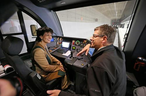 Bundesrätin Doris Leuthard im Gespräch mit dem Zugsführer in der unterirdischen ZB Haltestation Messe Allmend Luzern. (Bild: Philipp Schmidli/Neue LZ)