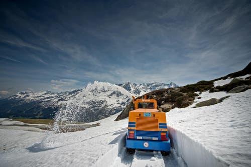 Auch dieser Weg wird noch freigefräst. (Bild: Pius Amrein / Neue LZ)