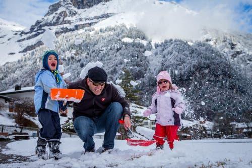 Sepp Durrer (mitte) mit Silvan und Julia aus Wolfenschiessen beim Schneeschaufeln in Engelberg. (Bild: Philipp Schmidli)