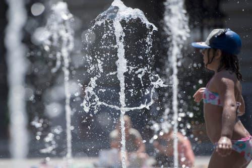Beliebt ist bei Hitze auch das Wasserspiel auf dem Bundesplatz in Bern. (Bild: Keystone)