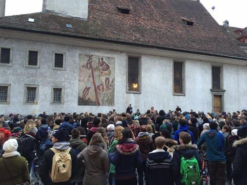 Die Schülerinnen und Schüler waren vom Kapellplatz ... (Bild: Claudia Zanini / Neue LZ)