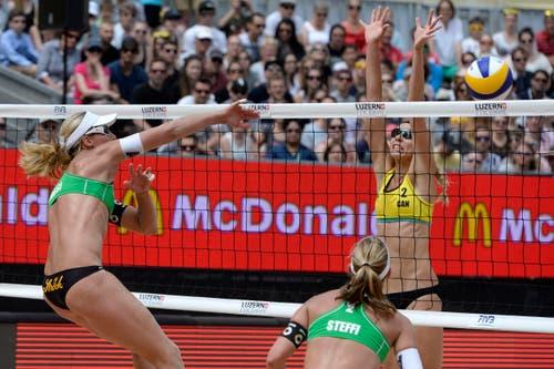 Barbara Hansel (AUT, links) haut den Ball rein. Zusammen mit Stefanie Schwaiger erreicht sie Rang vier, das kanadische Team Valjas/Broder (im Bild Kristina Valjasi) landet auf Rand drei. (Bild: Keystone / Urs Flüeler)