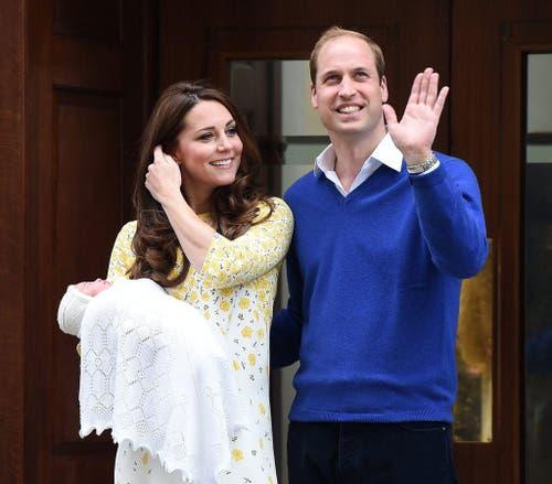 Prinz William und Herzogin Catherine präsentieren die kleine Prinzessin von Cambridge der Öffentlichkeit. (Bild: EPA / Andy Rain)