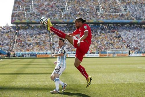 Der Schweizer Ricardo Rodriguez mit einer spektakulären Ballbehandlung, im Duell mit Lionel Messi. Die Schweiz verliert den Achtelfinal an der WM in Brasilien gegen Argentinien mit 0:1. (Bild: Keystone)