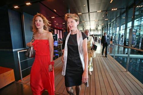 Bundesrätin Simonetta Sommaruga (rechts) und LF-Geschäftsleitungsmitglied Sabina Sperisen treffen im KKL ein. (Bild: Philipp Schmidli / Neue LZ)