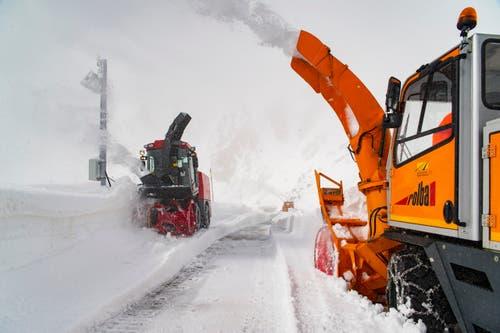 Die Männer fräsen mit ihren Maschinen Schnee zur Seite und machen die Strassen wieder frei. (Bild: Keystone / Benedetto Galli)