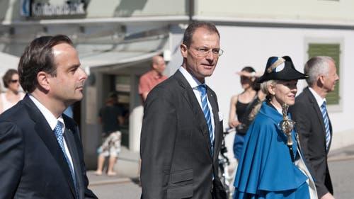 Auf dem Bild zu sehen ist von links: Nationalrat Gerhard Pfister und Regierungsratspräsident des Kantons Luzern, Reto Wyss mit Weibelin beim Einzug durch das Städtli. (Bild: Pius Amrein (Neue LZ))