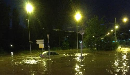 Überflutete Strasse im Würzenbach-Quartier in der Stadt Luzern (Bild: Leser Michael Städlin)