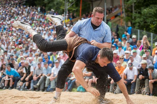 Philipp Laimbacher (Sattel, hinten) gegen Matthias Siegenthaler (Thun). (Bild: Keystone / Urs Flüeler)