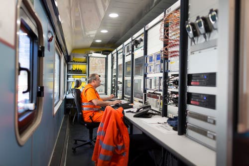 Analyse total: Überall Technik, Techniker und Monitoren. (Bild: KEYSTONE/GAETAN BALLY)