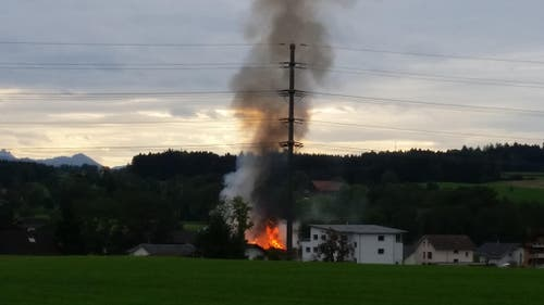 Das sieht nicht gut aus: Feuer und Rauch. (Bild: Dominik Wunderli / Neue LZ)