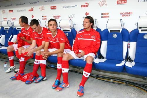 Alain Wiss (zweiter von rechts) und Adrian Winter (rechts) sitzen zu Beginn nur auf der Ersatzbank. (Bild: Philipp Schmidli / Neue LZ)
