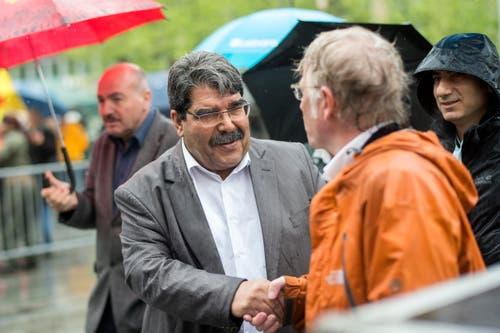 Zürich: Anwar Muslim, Bürgermeister von Kobane in Syrien wird auf dem Sechseläutenplatz begrüsst. (Bild: Keystone)