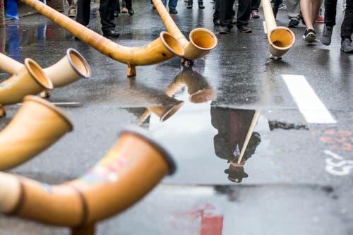 """Die """"Alphorntraeume"""" aus Nebikon spielen am 61. Zentralschweizerischen Jodlerfest in Schüpfheim am Samstag. (Bild: Alexandra Wey/Keystone)"""