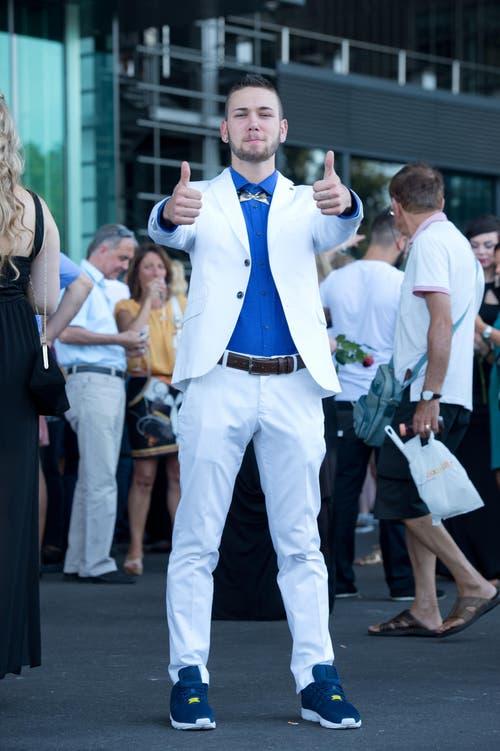 Nicola Van de Ven, 21, Detailhandelsfachmann, Luzern: «Rund 500 Franken kostete mein Outfit, gekauft bei Zara und H&M. Beraten habe ich mich selbst und mein Markenzeichen sind meine Fingertattoos. Was ich nie tragen würde, sind Sandalen mit weissen Tennissocken.» (Bild: Neue LZ/Dominik Wunderli)