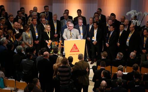 General Manager Charles Kidd versammelt alle anwesenden Sika-Länderchefs beim Rednerpult. Ihr Statement: «Wir sind nicht für den Verkauf». (Bild: Stefan Kaiser / Neue ZZ)