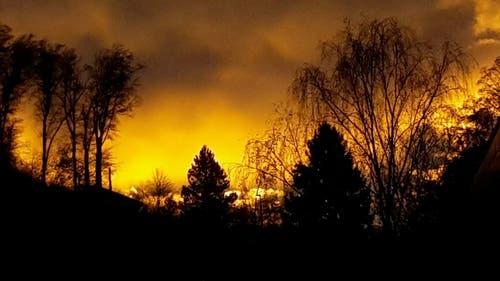 Morgenröte über dem Vallaster-Burghügel an der Kreuzbuchstrasse, von der Seefeldstrasse aus aufgenommen (Aufnahmezeit: 07.30) (Bild: Béatrice Zust-Schumacher)