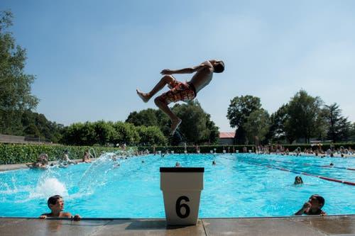 Aber nichts geht über einen Sprung ins Kühle Nass: Hier in der Badi von Mendrisio. (Bild: Keystone)