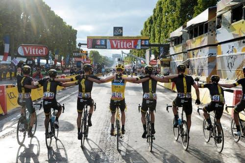 Das Team Sky des britischen Leaders Chris Froome fährt bei der Tour de France in Paris geschlossen über die Ziellinie (26. Juli). (Bild: AP / Bernard Papon)