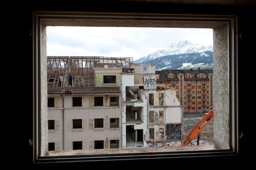Seit Anfang Oktober werden drei Häuserreihen einzeln und aufwendig zurückgebaut. (Bild: Dominik Wunderli / Neue LZ)