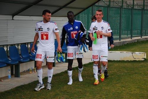 Müde FCL-Spieler nach dem Match und zwölf Tagen intensivem Camp (von links): Xavier Hochstrasser, Sally Sarr und Gezim Shalaj. (Bild: Daniel Wyrsch / Neue LZ)