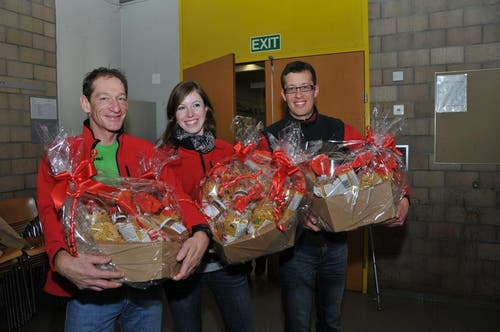 Geschenke für die Lagerleitung von links: Reto Ziswiler, Petra Degen und Samuel Renggli. (Bild: Robert Hess / Neue OZ)
