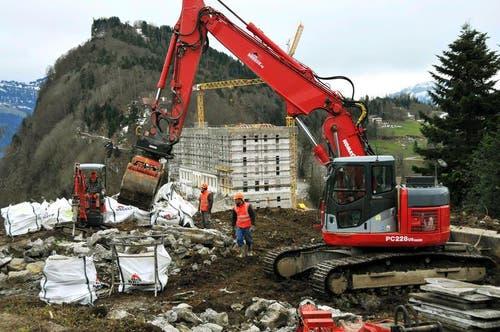 13.02.2014: Im neuen Bürgenstock-Resort laufen Aushubarbeiten für das Alpine Spa. Bruchsteine werden in Säcke eingepackt und später wiederverwendet. Im Hintergrund das eingerüstete Hotel Palace. (Bild: Oliver Mattmann / Neue NZ)