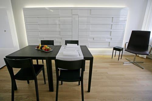 Integrierter Wohnbereich in einem der neuen Zimmer. (Bild: Philipp Schmidli/Neue LZ)