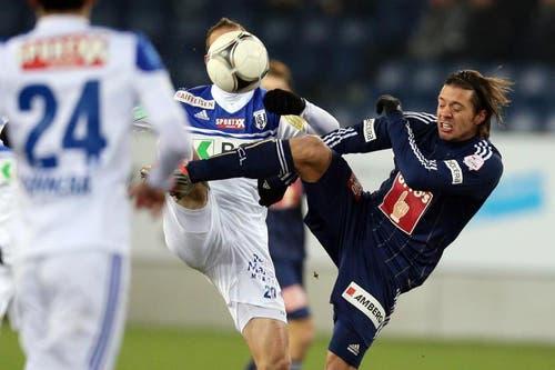 Luzerns Adrian Winter (rechts) gegen Lausannes Nicolas Marazzi (Mitte). (Bild: Philipp Schmidli / Neue LZ)